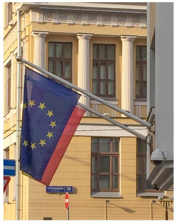 Настенные флагштоки на зданиях посольств